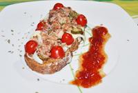 Torrada amb tonyina i melmelada de tomaquet_ok